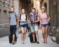 Жизнерадостные туристы идя улица Стоковая Фотография