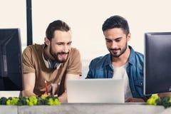 Жизнерадостные усмехаясь люди работая совместно Стоковое Изображение RF