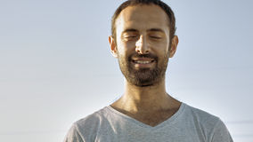 Жизнерадостные улыбки человека при закрытые глаза Стоковая Фотография RF