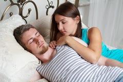 Жизнерадостные любящие пары в кровати Стоковое Фото
