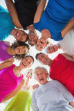 Жизнерадостные люди формируя груду на спортзале Стоковая Фотография