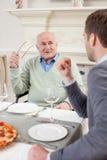 Жизнерадостные 2 люд на обедающем семьи Стоковая Фотография