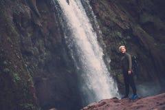 Жизнерадостный авантюрист около водопада Ouzoud в Марокко Стоковые Фото