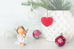 Жизнерадостный ангел и шарики рождества Стоковые Фотографии RF