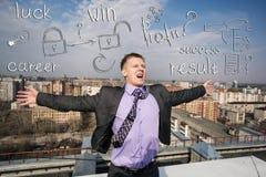 Жизнерадостный бизнесмен стоя на крыше Стоковые Изображения