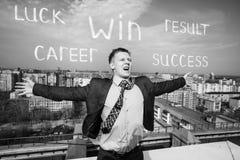 Жизнерадостный бизнесмен стоя на крыше Стоковые Фотографии RF