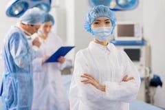Жизнерадостный женский доктор готовый для деятельности стоковые фото
