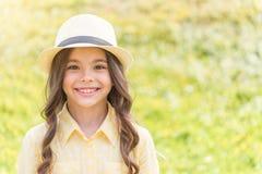 Жизнерадостный женский ребенк наслаждаясь природой на злаковике Стоковое Изображение