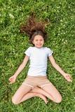 Жизнерадостный женский ребенк наслаждаясь раздумьем на луге Стоковое Фото