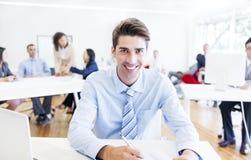 Жизнерадостный корпоративный бизнесмен делая обработку документов стоковые изображения rf