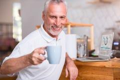 Жизнерадостный кофе старшего человека выпивая стоковые изображения rf