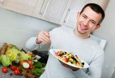 Жизнерадостный красивый человек держа плиту Стоковая Фотография RF