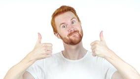 Жизнерадостный красный человек волос thumbs вверх по представлять и усмехаться на камере, белой предпосылке сток-видео