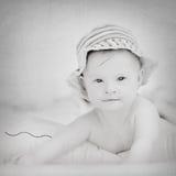 Жизнерадостный маленький ребёнок при синдром спусков играя в бассейне Стоковое Изображение
