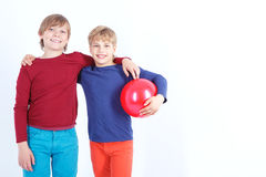 Жизнерадостный мальчик держа шарик Стоковая Фотография RF