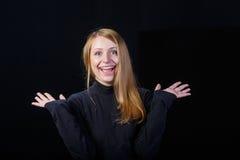 Жизнерадостный молодой белокурый смеяться над женщины Стоковые Изображения