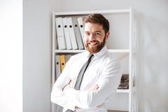 Жизнерадостный молодой взгляд бизнесмена на камере Стоковое Изображение RF