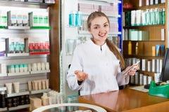 Жизнерадостный молодой женский представлять аптекаря Стоковая Фотография