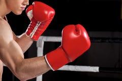 Жизнерадостный молодой спортсмен кладет в коробку на кольце Стоковые Изображения