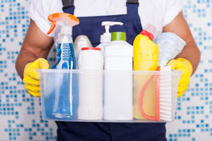 Жизнерадостный молодой уборщик его оборудование стоковое изображение rf