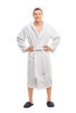 Жизнерадостный молодой человек в белом купальном халате Стоковые Изображения RF
