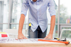Жизнерадостный мужской архитектор работает на офисе Стоковое Изображение RF
