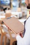 Жизнерадостный мужской работник кафа служит клиент стоковое изображение rf
