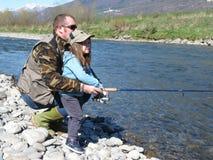 Жизнерадостный отец и дочь удя совместно на реке Стоковое Изображение