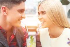 Жизнерадостный парень и подруга наслаждаясь сладостным питьем Стоковое Изображение