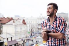 Жизнерадостный парень пирует его глаза на городке стоковое фото