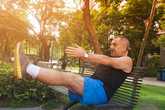 Жизнерадостный пожилой человек делая тренировки Стоковое Фото
