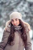 Жизнерадостный портрет зимы девушки в снежностях Стоковые Изображения