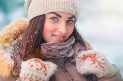 Жизнерадостный портрет молодой женщины в парке зимы Стоковая Фотография RF