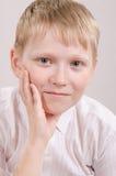 Жизнерадостный подросток смотрит в изображении Стоковое Изображение