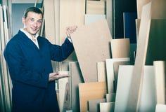 Жизнерадостный рабочий класс стоя с частями переклейки Стоковое Изображение