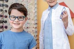Жизнерадостный ребенк в ультрамодном eyewear стоковая фотография rf