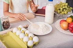 Жизнерадостный ребенк подготавливая еду для печь Стоковая Фотография RF