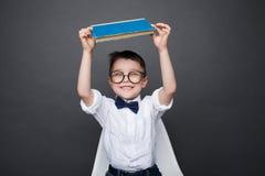 Жизнерадостный ребенк с представлять книги Стоковое Фото