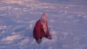 Жизнерадостный ребенок играя в снеге акции видеоматериалы