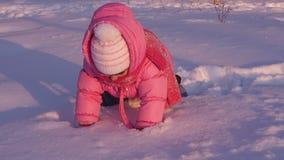 Жизнерадостный ребенок играя в снеге сток-видео