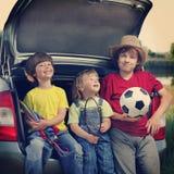 Жизнерадостный ребенок 3 сидя в хоботе автомобиль дальше Стоковое Изображение