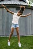 жизнерадостный скакать девушки Стоковое фото RF