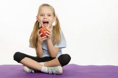 Жизнерадостный спортсмен девушки есть яблоко Стоковое Изображение RF