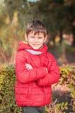 Жизнерадостный, счастливый мальчик в парке Оно, руки пересекает сверх Стоковое Фото