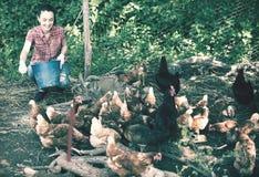 Жизнерадостный фермер женщины давая подавая вещество стоковые изображения