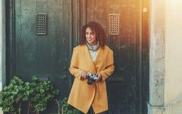 Жизнерадостный фотограф женщины с винтажной камерой Стоковые Фото