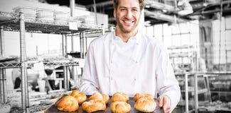 Жизнерадостный хлебопек держа поднос хлеба Стоковое Изображение RF