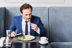 Жизнерадостный человек в костюме имея завтрак Стоковое Изображение RF