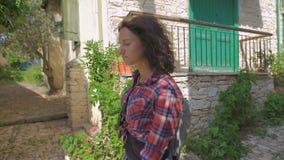 Жизнерадостный wanderer женщины при ультрамодный взгляд ища направление в чужом городе во время каникул видеоматериал
