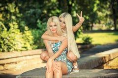 2 жизнерадостных белокурых подруги Стоковая Фотография RF